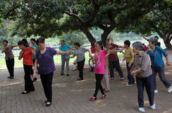 O ancião para praticar dançar Imagens de Stock Royalty Free