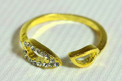 O anel da mulher com metais preciosos Foto de Stock