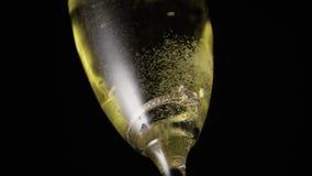 O anel de noivado cai em um vidro do champanhe filme