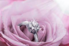 O anel de noivado com os diamantes em aumentou Imagens de Stock Royalty Free