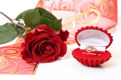 O anel de ouro e levantou-se Fotografia de Stock Royalty Free