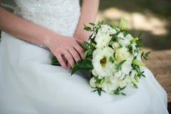 O anel de ouro no dedo dos bride's casamento fotos de stock royalty free