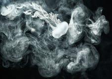 O anel de Vape gosta do anel do fumo no fundo escuro Fotografia de Stock Royalty Free