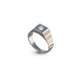 O anel dourado dos homens com diamantes em um branco Foto de Stock