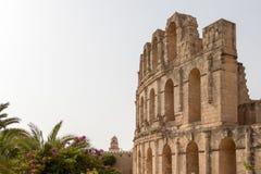 O anfiteatro bonito no EL Jem e o minarete, Tunísia, África fotos de stock