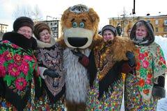 O animador do ator da casa da cultura da cidade metallostroy no traje do urso alegre mante distraído crianças e adultos Fotografia de Stock Royalty Free