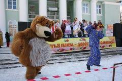 O animador do ator da casa da cultura da cidade metallostroy no traje do urso alegre mante distraído crianças e adultos Foto de Stock