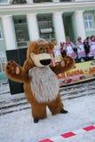 O animador do ator da casa da cultura da cidade metallostroy no traje do urso alegre mante distraído crianças e adultos Foto de Stock Royalty Free