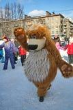 O animador do ator da casa da cultura da cidade metallostroy no traje do urso alegre mante distraído crianças e adultos Imagem de Stock Royalty Free