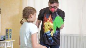 O animador do palhaço mante distraído crianças nos truques 4k das mostras do feriado video estoque