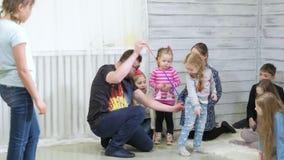 O animador do palhaço mante distraído crianças nos truques 4k das mostras do feriado vídeos de arquivo