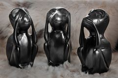 O animal pequeno do brinquedo três pretos de madeira, não vê, não se ouve, não se fala em um fundo claro imagens de stock royalty free