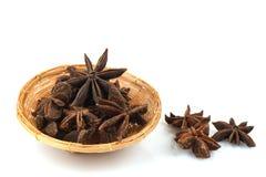 O anis de estrela chinês, anis de estrela, anis de estrela, Badiane, Badian, Badian Khatai, Bunga Lawang, Thakolam, ervas tem o p imagem de stock