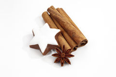 O anis e a canela de estrela das varas de canela da decoração do Natal star no fundo branco Fotos de Stock