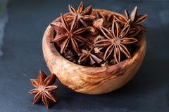 O anis stars o close up na bacia de madeira Fotografia de Stock