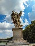 O anjo com a coluna foto de stock