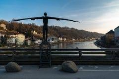 O anjo na ponte entre Alemanha e Áustria Foto de Stock