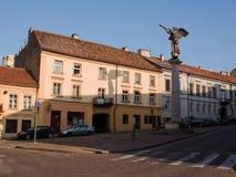 O anjo que joga o chifre em Vilnius, na entrada dos di imagens de stock