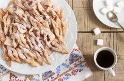 O anjo voa os biscoitos, um prato doce europeu tradicional para o carnaval Estilo rústico Fotografia de Stock