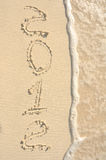 O ano 2012 escrito na areia na praia Imagem de Stock Royalty Free