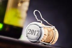 O ano 2017 na extremidade do tampão de garrafa da cortiça e do metal Fotos de Stock Royalty Free