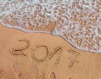 O ano novo 2017 é conceito de vinda escrito no Sandy Beach Fotografia de Stock