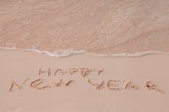 O ano novo 2017 é conceito de vinda O ano novo feliz 2017 substitui o conceito 2016 na praia do mar Fotos de Stock Royalty Free