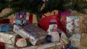 O ano novo apresenta sob a árvore do ano novo vídeos de arquivo