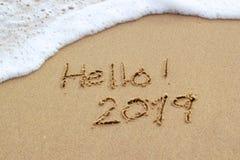 O ano novo 2019 assina dentro a areia tropical da praia imagens de stock royalty free