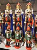 O ano novo de madeira brinca, quebras-nozes coloridas em seguido Foto de Stock