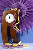 O ano novo feliz cinco à contagem regressiva da meia-noite do tempo com pés curvados loucos cronometra Imagens de Stock Royalty Free