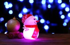 O ano novo feliz 2017 colore o boneco de neve no fundo do bokeh Fotografia de Stock