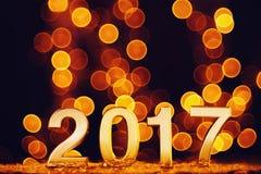 O ano novo feliz 2017 com ouro ilumina o fundo do bokeh Foto de Stock