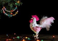 O ano novo feliz e o Feliz Natal cardam o ofício feito à mão festão frisada colorida da letra no ramo de árvore do Natal Imagem de Stock