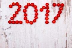 O ano novo feliz 2017 fez do viburnum vermelho no fundo de madeira velho Imagem de Stock