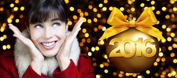 O ano novo feliz 2016, mulher olha acima no fundo das luzes Imagens de Stock Royalty Free