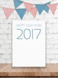 O ano novo feliz 2017 na placa branca e no partido embandeira a suspensão no wh Fotos de Stock
