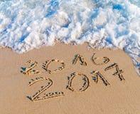 O ano novo feliz 2017 substitui o conceito 2016 na praia do mar Fotografia de Stock Royalty Free