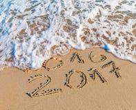 O ano novo feliz 2017 substitui o conceito 2016 na praia do mar Imagens de Stock