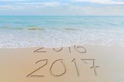 O ano novo feliz 2017 substitui o conceito 2016 na praia do mar do verão O ano novo 2017 é conceito de vinda Fotografia de Stock Royalty Free