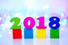 O ano novo feliz 2018, 2018 text o bloco de madeira no fundo do bokeh Imagens de Stock