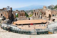 O antico de Teatro e a vista de Etna montam em Taormina Imagens de Stock