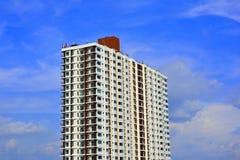 O apartamento para viver tem o céu como o fundo fotografia de stock