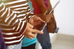 O apego social dos meios, close up das crian?as entrega usando o smartphone fotos de stock royalty free