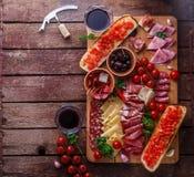 O aperitivo da carne e do queijo ajustou-se para o vinho tinto no fundo rústico, flatlay, copia o espaço fotografia de stock royalty free