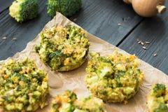O aperitivo perfeito - mordidas do queijo dos brócolis Fotos de Stock