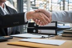 O aperto de mão após ter terminado o homem de negócios da conversação que envia uma carta de demissão ao chefe do empregador a fi imagens de stock