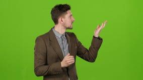 O apresentador novo no estúdio diz a previsão de tempo corretamente Tela verde filme