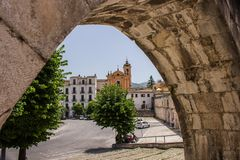 O aqueduto medieval de Sulmona, construído perto da praça Garibaldi imagens de stock