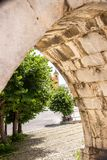 O aqueduto medieval de Sulmona, construído perto da praça Garibaldi fotografia de stock